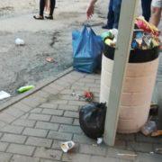 Франківці скаржаться на гори сміття біля зупинок громадського транспорту (фото)