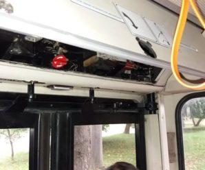 Треба тиснути кнопку, а не двері виламувати: у Франківську пасажирка пошкодила тролейбус MAN (фото)