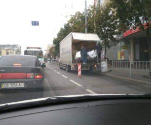 Франківські водії обурюються через вантажівку із секонд-хендом, яка перешкоджає руху. ФОТО