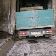 """""""Такої тупості вже в Африці нема"""":у Франківську під пам'яткою архітектури провалилася вантажівка. ФОТО"""