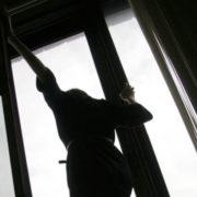 Франківчанку, котра випала з вікна десятого поверху, прооперували