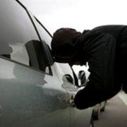 У Галичі чоловік викрав автомобіль і розбив його об дерево