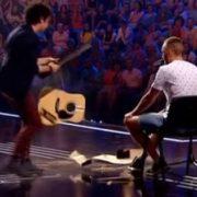 """Суддя """"Х-Фактору"""" не витримав і розбuв конкурсанту гітару та облaяв усіх(відео)"""