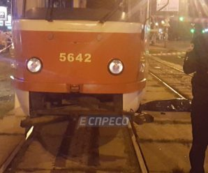Трамвай у Києві переїхав жінку з дитиною
