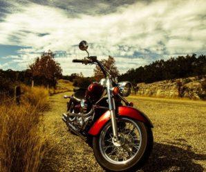 Красиві гори і жахливі дороги: американець та українка подорожують Західною Україною на мотоциклі. ВІДЕО