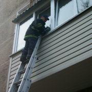 У Франківську рятувальники пробирались на сьомий поверх і виявили мертвого чоловіка
