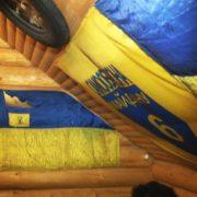 На Прикарпатті відвідувачі кафе зірвали зі стін прапори України