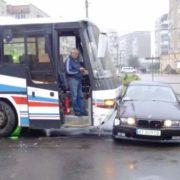 """У місті на Прикарпатті пасажинський автобус врізався у """"беху"""" (Фото, Відео)"""