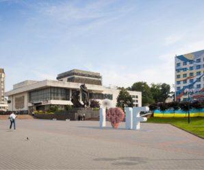 Арт-об'єкт «Я люблю Івано-Франківськ» критикують за стереотипність. ФОТО