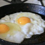 Чи можна смажити яєчню на вершковому маслі?