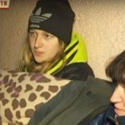 На холодних сходах, без відпочинку та їжі. На Прикарпатті школярі ночують під міграційною службою. ВІДЕО