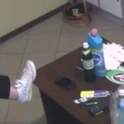 """Те що не увійшло у ефір: як поводиться команда """"Ревізора"""" у тернопільському хостелі поза кадром(відео)"""