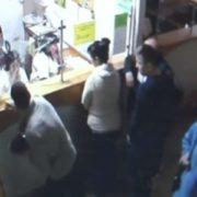 Здали нерви: з'явилося відео з камер спостереження лікарні Львова, де злий батько побuв двох медиків(відео)