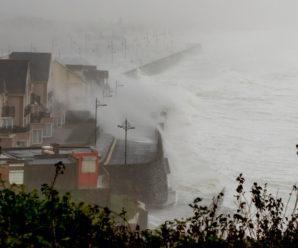 """200 км/год. Ірландією прокотився ураган """"Офелія"""", є загиблі"""