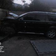П'яний водій так втікав від поліції, що розвалив і паркан, і машину. ФОТО