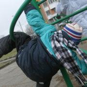 На Франківщині двоє дітей застрягли в качелях