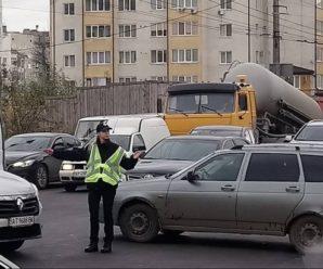 Поліція перекрила міст на Пасічну – горить високовольтний кабель. ФОТО. ОНОВЛЕНО