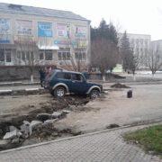 На Прикарпатті двоє п'яних друзів вкрали авто і заїхали в траншею (фото)