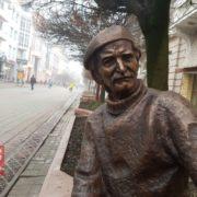 """На франківській """"стометрівці"""" встановили пам'ятник Опанасу Заливасі. ФОТО"""
