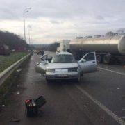 Як зім'ятий листок: вантажівка розтрощила легковик, померла жінка. ФОТО
