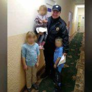 олею маленьких діток, мама яких потрапила в ДТП, опікуються поліцейські. ФОТО