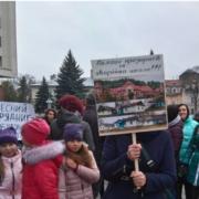 Пікет під ОДА: мітингувальники з Раковця хочуть на тиждень відправити франківських чиновників в стару аварійну школу (відео)