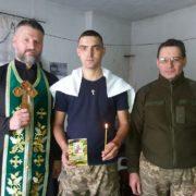 Військовий священик із Прикарпаття у зоні АТО охрестив бійця. ФОТОФАКТ
