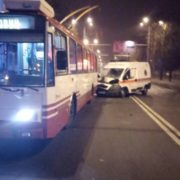 Машина швидкої допомоги врізалася у тролейбус, двоє постраждалих
