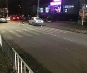 Вечірня аварія: у Франківську на переході переїхали дівчину