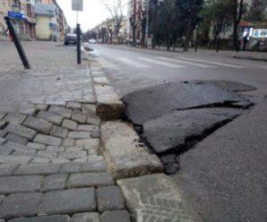 В середмісті Франківська провалилась дорога і тротуар