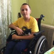 Вперше за багато років 14-річному калушанину купили взуття і хлопчик мріє стати на ноги (ФОТО, ВІДЕО)