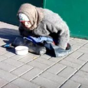 """""""Пapaлізована"""" жінка, яка просить милостиню у Києві насправді здорова і побудувала триповерховий будинок на Закарпатті(відео)"""