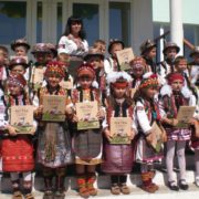 """На Прикарпатті вчителька власним коштом видала для школярів """"Абетку маленького гуцулятка"""""""