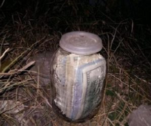 На Тернопільщині чоловік викопав банку в якій знаходилось 20 тисяч доларів