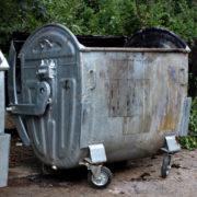 На Пасічній чоловік випав з сміттєвого контейнеру, коли комунальники вивантажували сміття