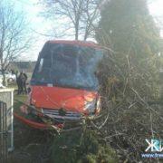 Після зіткнення з автівкою прикарпатський автобус відкинуло на подвір'я. ФОТО