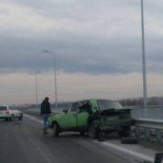 На мості при в'їзді у Франківськ  не розминулись дві автівки (фото)