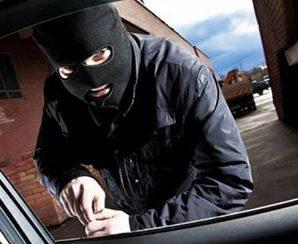 Миколай не приносить, а відбирає: у Франківську пограбували машину чоловіка