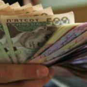 """""""Зарплата підніметься до 16 тис. гривень"""": В уряді назвали суму, яка зупинить трудову еміграцію до Європи"""
