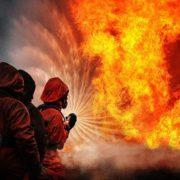 Вогонь до неба: у столиці пожежа знищила новорічну ялинку