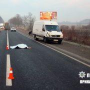 Чергова смерть на прикарпатській дорозі: під колесами авто загинула 86-річна бабуся (фото 16+)