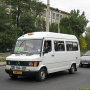 Франківчани скаржаться на водія, який миє автобус на вокзалі. ВІДЕО