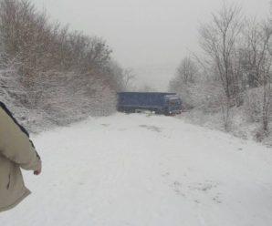 Фура заблокувала дорогу Галич-Підгайці: рух транспорту ускладнено. ФОТО