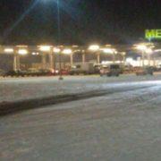 Небезпечні забавки: в Івано-Франківську на парковці гіпермаркету водії автівок влаштували дрифт. ВІДЕО