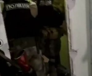 """""""З гвинтівки у перехожих"""": В Одесі взяли штурмом квартиру чоловіка, що стріляв у людей"""