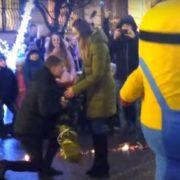 Посіпака у центрі Франківська допоміг юнакові освідчитися коханій. ВІДЕО