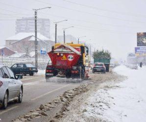 Франківськ від снігу прибирає вся спецтехніка. ФОТО