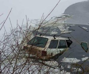 """""""Він намагається вилізти через багажник"""": Подробиці інциденту на Тернопільщині, де машина з водієм провалилася під кригу (ВІДЕО,фото)"""