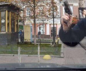 У столиці поліцейський по-звірячому накинувся на авто і погрожував пістолетом пасажирам (ВІДЕО)