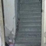 В центрі Франківська у під'їзді обвалилась сходова клітка (додано фото, відео)